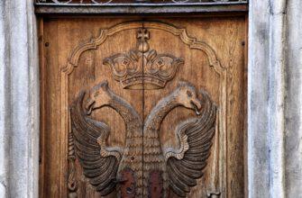 Изображение герба на двери